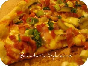 Pizza cu ceapa verde si kaiser